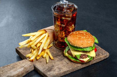 Lipsa de somn creste apetitul pentru Fast Food